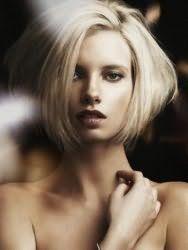 Стильная креативная стрижка для светлых волос средней длины