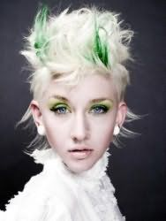 Модная креативная женская стрижка для коротких волос пепельного оттенка с мелированием