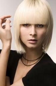 Прямые пряди оттенка блонд на стрижке для тонких волос с ровной челкой дополнят дневной макияж в натуральных тонах и будут подходящим вариантом для обладательниц теплого цветотипа внешности