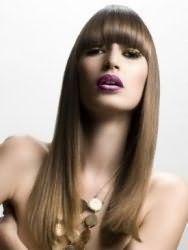 Длинные прямые волосы с густой челкой, окрашенные в русый оттенок с колорированием, идеально дополнят макияж в золотистых тонах для обладательниц карих глаз и смуглой кожи