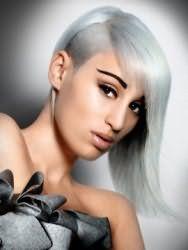 Креативный образ можно создать, сочетая асимметричную стрижку на среднюю длину с серым цветом волос, насыщенный макияж бровей и глаз, подчеркнутых широкими стрелками, и помаду бежевого тона