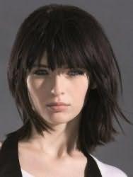 Классическая стрижка каскад для средних волос черного цвета хорошо сочетается с прямой густой челкой и подходит для создания повседневного образа