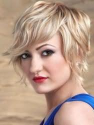 Рваная стрижка с укладкой для блондинки с волосами средней длины