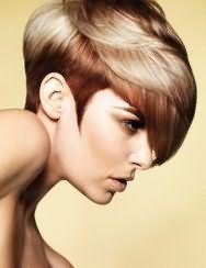 Креативная молодежная женская стрижка с густой челкой и колорированием для волос средней длины