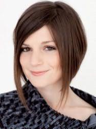 Женская молодежная стрижка с удлиненными передними прядями для средних волос каштанового оттенка