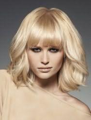 Классическая женская молодежная стрижка с прямой челкой на средние светлые волосы