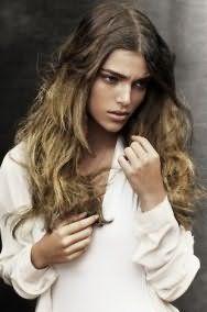 Распущенные волнистые локоны русого цвета великолепно выглядят в летней прическе с колорированием оттенка блонд, создающим эффект выгоревших прядей, и дополняются дневным макияжем в натуральных тонах
