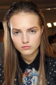 Русый цвет волос хорошо смотрится в летней прическе с выпрямленными волосами, зачесанными назад, и гармонирует с легким макияжем в естественных тонах для светлого типа кожи