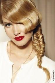 Летняя прическа, состоящая из косы «рыбий хвост» и удлиненной челки, уложенной в ретро-волну, станет отличным вариантом для девушек с пшеничным оттенком волос в сочетании с помадой яркого красного цвета