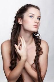 Стильная летняя прическа из ажурной косы и из косы, созданной при помощи скрученных прядей, гармонично дополнит образ в сочетании с дневным макияжем в розовых тонах для обладательниц голубых глаз