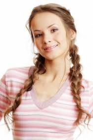 Великолепная летняя прическа из двух косичек для девушки с пшеничным оттенком волос станет отличным дополнением естественного макияжа глаз и блеска для губ розового тона
