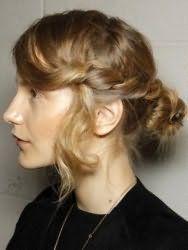 Оригинальная прическа пучок из волос с плетением для локонов средней длины