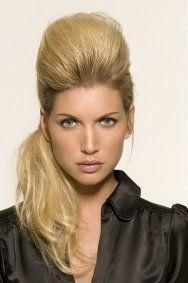 Стильная прическа с начесом и хвостом для длинных волос светло-русого оттенка