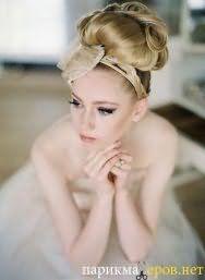 Макияж глаз в серых тонах хорошо гармонирует со светлой помадой и дополняет свадебную высокую прическу с тонким ободком, декорированным цветком