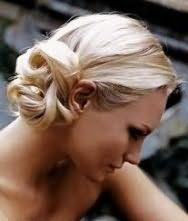 Повседневный вариант прически пучок на бок для блондинки с длинными волосами