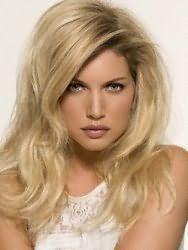 Очень красиво смотрятся распущенные волосы длиной ниже плеч на блондинках. Пряди делятся на боковой пробор, подвергаются начесу у корней и укладываются в легкие волны. Прическа великолепно дополнит образ на каждый день.