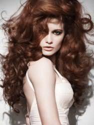 Эффектная укладка с начесом для вьющихся длинных волос шоколадного оттенка