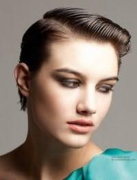 Трудно найти более подходящую прическу для короткой стрижки. Для создания эффекта мокрых волос пряди обрабатываются гелем и делятся на боковой пробор, волосы необходимо гладко зачесать. Прическа создает очень креативный образ на каштановых волосах.