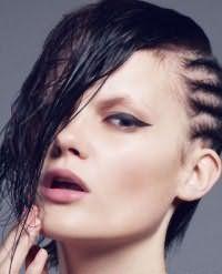 Весьма оригинальная и креативная асимметричная прическа. Волосы делятся на две части вертикально. Одна часть заплетается на висках в мелкие косички, а вторая обрабатывается специальным средством для создания эффекта мокрых волос. Прическа станет отличным вариантом для брюнеток.