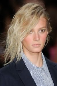 Очень просто создать женственную прическу с эффектом мокрых волос на пряди средней длины. Волосы укладываются в легкие волны и зачесываются на бок, оставаясь распущенными. Особый шарм прическа приобретает с выбившимися прядками.
