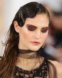 Элегантная прическа на длинные волосы каштанового оттенка. На челке, которая укладывается в ретро волны и фиксируется на бок, создается эффект мокрых волос. Остальные пряди остаются свободно ниспадать по плечам.
