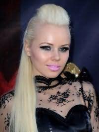 Роскошный вечерний образ для блондинок поражает своей ослепительной красотой. Длинные волосы обрабатываются средством для придания эффекта мокрых волос и выпрямляются утюжком. На челке, которая фиксируется назад, создается начес, а длинные гладкие пряди закрепляются на затылке.