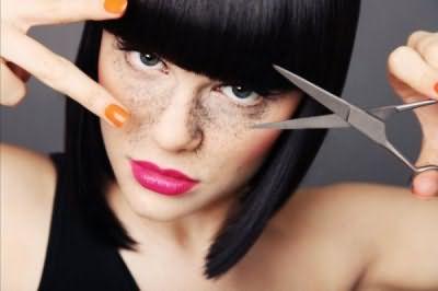 Подстригая челку, помните, что в уложенном виде она будет на 1-1,5 см короче изначально выбранной длины