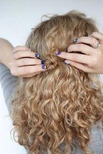 Кончик жгута заверните в форме кольца и закрепите с помощью невидимки или шпильки.