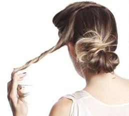 С верхней части волос, отделите неширокую прядь и скрутите её в жгут.