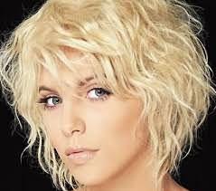 Еще одним вариантом легкой прически с локонами будет мокрый эффект, способ, как накрутить волосы каре.