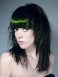 Стильная стрижка каскад для длинных прямых волос сделает образ запоминающимся, сочетаясь с колорированием черно-изумрудного тона и прямой густой челкой
