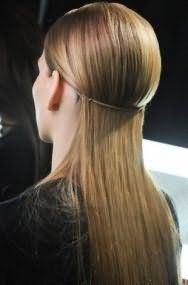 Длинные распущенные выпрямленные волосы отлично выглядят в сочетании с небольшим объемом у корней и оригинальным тоненьким ободком, обрамляющим голову по кругу