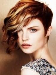 Идея креативной женской стрижки с удлиненной челкой для средних волос с мелированием