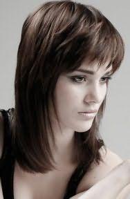 Креативный образ на каждый день в виде гармоничного тандема макияжа в естественных тонах для теплого цветотипа внешности и стрижки для тонких волос с боковым пробором и кончиками завитыми наружу