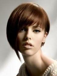 Креативная женская стрижка с асимметричной челкой для средних волос каштанового цвета