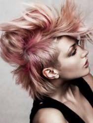 Оригинальная эмо стрижка с укладкой для мелированных волос средней длины