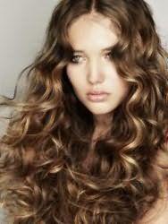 Элегантная стрижка для длинных вьющихся волос русого оттенка