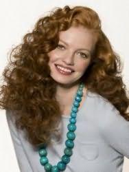 Модная стрижка для длинных вьющихся волос русого цвета