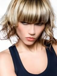 Стильная молодежная женская стрижка с колорированием и прямой густой челкой для средних волос