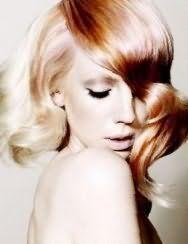 Хорошим вариантом для блондинок со средний длиной волос, уложенных в локоны, станет колорирование медного оттенка, которое гармонирует с макияжем в светло-коричневой гамме