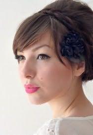 Длинные прямые волосы русого цвета в ретро-прическе с ободком и челкой дополнит макияж карих глаз в голубых тонах и помада яркого розового оттенка