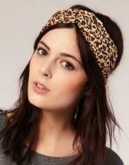 Широкая повязка с леопардовым принтом хорошо вписывается в прическу на длинных волосах темно-каштанового тона с дополнительным объемом и будет подходить обладательницам карих глаз