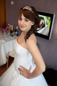 Красивая свадебная причёска с чёлкой.
