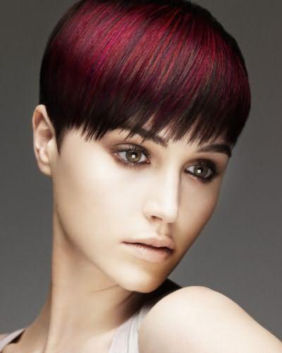 Девушкам с правильными пропорциями лица прекрасно подойдет цветное мелирование на темные короткие волосы с челкой