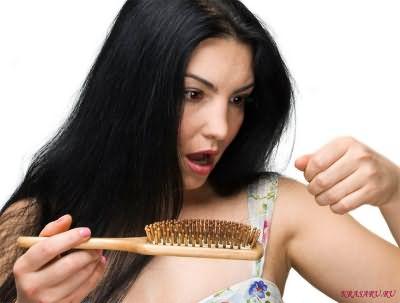 Средства для ухода за тонкими ломкими волосами должны включать в себя витамины.