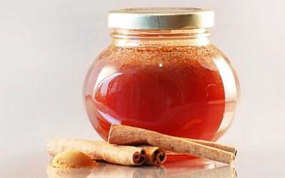 Корица с медом эффективно осветляет волосы