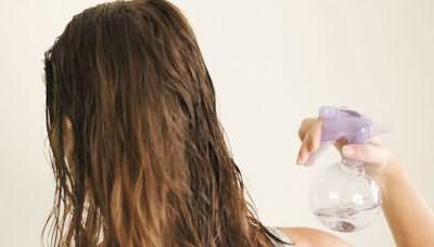 Девушка использует спрей