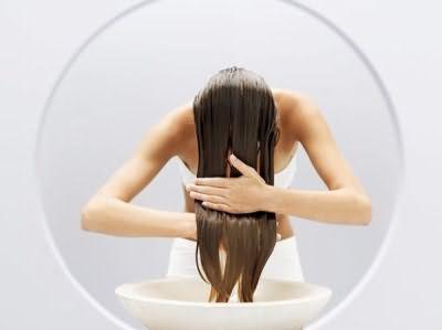 Уксус – это природный натуральный кондиционер для волос.