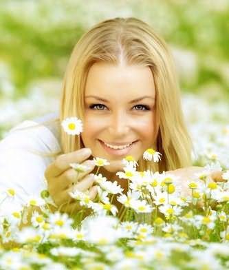 Отвар из ромашки и маски из меда помогают избавиться от желтизны на осветленных волосах.