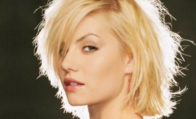 Желтизну на осветленных волосах можно убрать как косметическими, так и народными средствами.